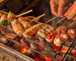 炭火で香ばしく焼き上げる博多流串焼き
