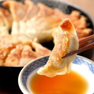 博多劇場一番人気のあつあつ鉄鍋餃子