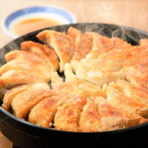 ご来店されたほとんどのお客様が注文される看板メニューの「鉄鍋餃子」